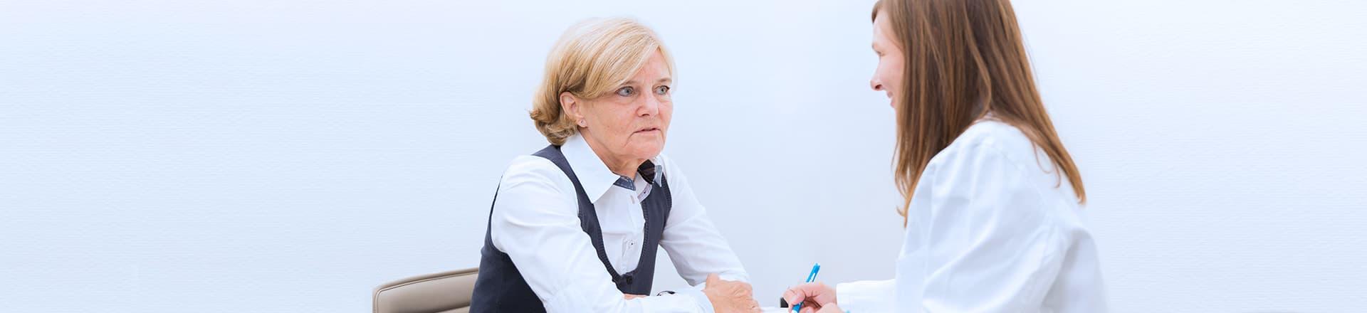 Gedaechnisstoerung oder Demenz. Arzt Patienten Anamnese
